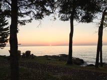 Lever de soleil de chute au-dessus du lac Supérieur au Minnesota Image libre de droits
