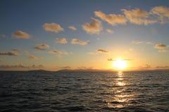 Lever de soleil de ciel bleu au-dessus d'océan photo stock