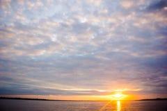 Lever de soleil de coucher du soleil à la jungle du fleuve Amazone Photos stock