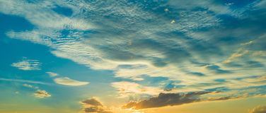 Lever de soleil de coucher du soleil avec des nuages, des rayons légers et tout autre effet atmosphérique, équilibre blanc sélect Photos stock