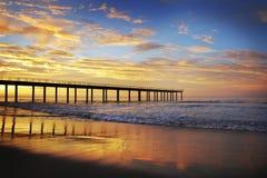 Lever de soleil de coucher du soleil de plage avec le pilier Images libres de droits