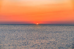 Lever de soleil de coucher du soleil de rouge orange sur l'horizon d'océan de mer Image stock