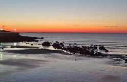 Lever de soleil de coucher du soleil par l'océan Photographie stock libre de droits