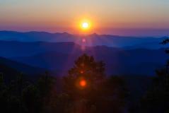 Lever de soleil de début de la matinée au-dessus des montagnes d'arête bleue Images libres de droits