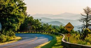 Lever de soleil de début de la matinée au-dessus des montagnes d'arête bleue Image libre de droits