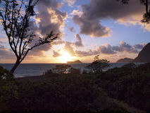 Lever de soleil de début de la matinée sur la plage de Waimanalo au-dessus des burs d'île de lapin Photo stock