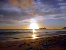 Lever de soleil de début de la matinée sur la plage de Waimanalo sur Oahu Image stock