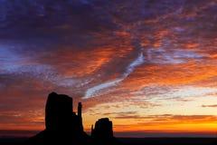 Lever de soleil de flambage au-dessus des mitaines en vallée de monument images libres de droits