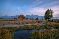 Lever de soleil de grange de Moulton Photographie stock libre de droits