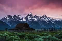 Lever de soleil de grange de Moulton, parc national grand de Teton Photo stock