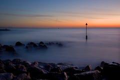 Lever de soleil de l'hiver, bancs de sable, Dorset, R-U Photographie stock libre de droits