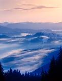 Lever de soleil de l'hiver en montagnes Photo stock