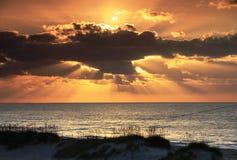 Lever de soleil de l'océan OR de nuages de Sunrays de paysage marin Photographie stock libre de droits