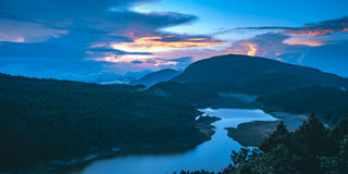 Lever de soleil de lac Cueifong de Taipingshan Forest Recreation Area national dans Yilan, Taïwan photos stock