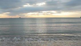 Lever de soleil de laps de temps avec des rayons de soleil au-dessus de la mer clips vidéos