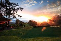 Lever de soleil de matin au-dessus de brume avec le touriste et le Huai Nam Dang Nationa Photographie stock