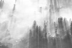 Lever de soleil de matin au-dessus de ville avec le sort de brouillard Photo stock