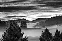 Lever de soleil de matin avec du brouillard brumeux Image stock