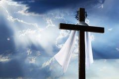 Lever de soleil de matin de Pâques avec la croix, le tissu d'enterrement, la couronne des épines et le ciel bleu Image stock