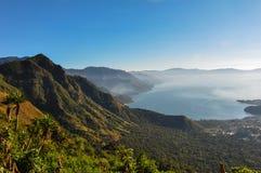 Lever de soleil de Narriz del Indio au-dessus de Lago Atitlan, Guatemala Photographie stock
