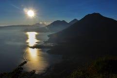 Lever de soleil de Narriz del Indio au-dessus de Lago Atitlan, Guatemala Images stock