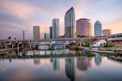 Lever de soleil de paysage urbain de Tampa images libres de droits