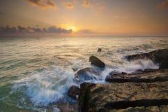 Lever de soleil de pierre de roche de mer Images stock
