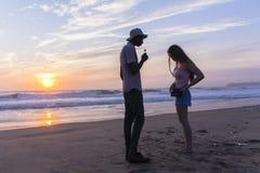 Lever de soleil de plage d'amis silhouetté Photographie stock libre de droits