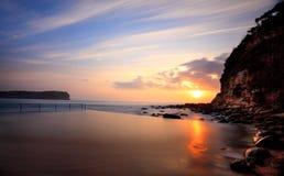 Lever de soleil de plage de Macmasters de piscine d'océan Images libres de droits