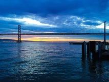 Lever de soleil de pont de baie Images stock