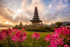 Lever de soleil de Pura Ulun Danu Bratan Morning, temple hindou en La de Bratan Photographie stock libre de droits