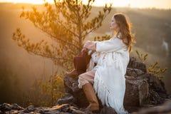 Lever de soleil de réunion de femme de rêveur aux montagnes Image stock