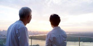 Lever de soleil de regard supérieur ensemble au-dessus de l'horizon de ville Image stock