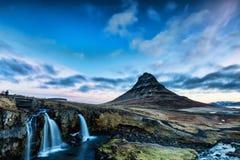 Lever de soleil de ressort au-dessus de la cascade célèbre de Kirkjufellsfoss avec Ki photo stock