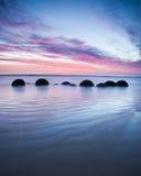 Lever de soleil de rochers de Moeraki Photo libre de droits