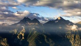 Lever de soleil de Timelapse au-dessus des montagnes Aube de Sun sur des Alpes de l'Italie Le Val d'Aoste clips vidéos