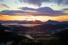 Lever de soleil de vallée de montagnes de caissiers Images libres de droits
