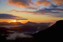 Lever de soleil de vallée de montagnes de caissiers Image libre de droits