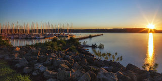 Lever de soleil de ville de lac Images stock
