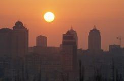 Lever de soleil de ville, immeubles photos libres de droits