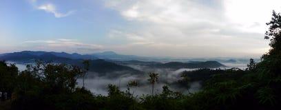 Lever de soleil de vue supérieure de montagne de Sungai Lembing Photographie stock