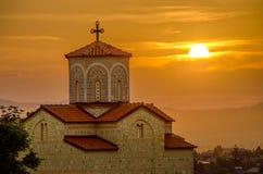 Lever de soleil derrière l'église orthodoxe Image stock