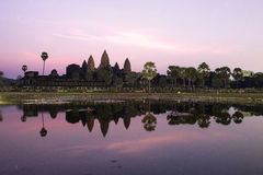 Lever de soleil derrière l'angkor photos libres de droits