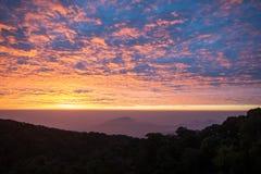 Lever de soleil derrière la montagne Photo libre de droits