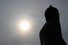 Lever de soleil derrière la silhouette Bouddha Photographie stock libre de droits