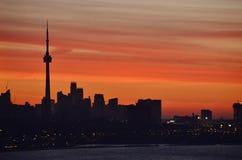 Lever de soleil derrière le matin de mars d'horizon de Toronto Photo stock