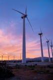 Lever de soleil derrière le moulin à vent géant Image stock