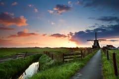 Lever de soleil derrière le moulin à vent, Pays-Bas photos libres de droits