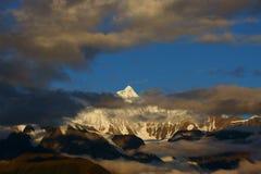 Lever de soleil des montagnes de neige de Mainri Photo stock