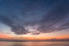 Lever de soleil dramatique de ciel et de nuages au-dessus de mer tropicale à phuket thaïlandais Photos libres de droits